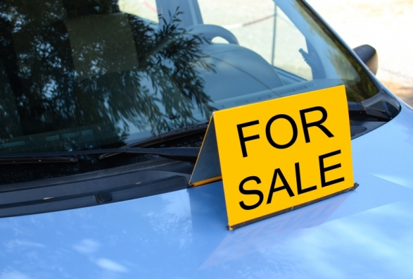 5546573-for-sale-sign-on-car-sell-a-car-concept